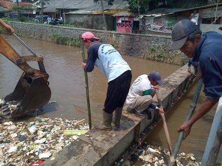 Pekerja Membersihkan Sampah di Sungai