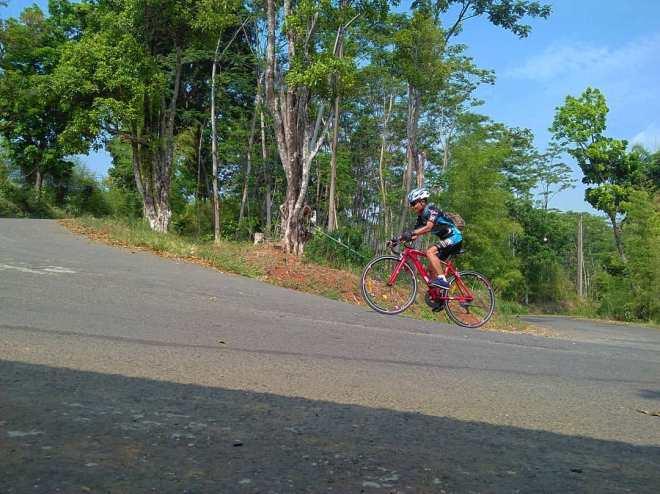 Gowes di Bukit Hambalang